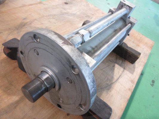 タイロッド型油圧シリンダの油漏れを修理