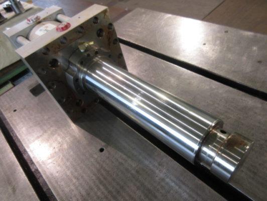 アメリカ製油圧シリンダの修理 ユニファイネジからミリネジへ